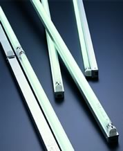 高輝度、高効率のコンパクトな省スペース型照明器具
